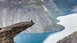 Randonnée En Norvège Homme Sur Le Bout D'une Falaise